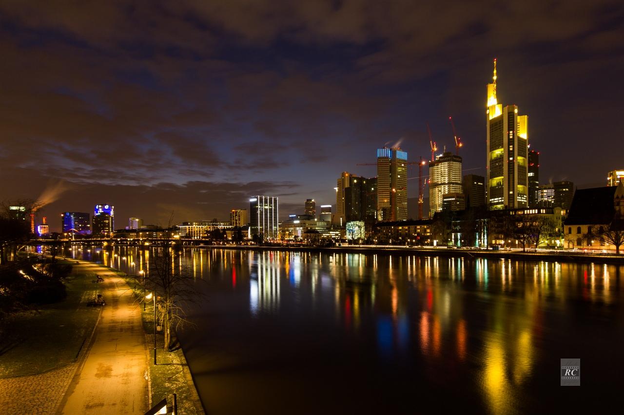 Frankfurt/Main - abendliche Skyline von Sachsenhausen aus gesehen